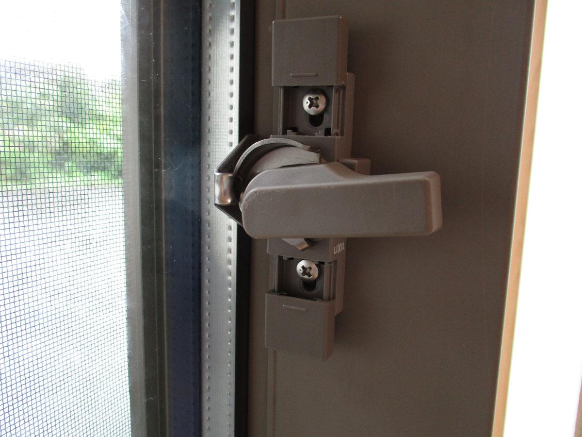 窓 サッシ 鍵 グラグラ 緩み ガタつき 修理 やり方